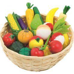 Drewniane owoce i warzywa w koszyku